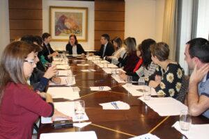 Autoridades reunidas para discutir a situação dos bailarinos e músicos do CCTG.